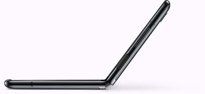 Зображення розкритого телефону Galaxy Z Flip, зображеного під кутом, який демонструє спосіб фотозйомки Селфі з нижнього ракурсу