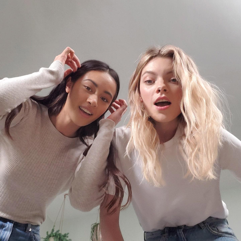 Фотознімок двох жінок, знятий телефоном Galaxy Z Flip з нижнього ракурсу